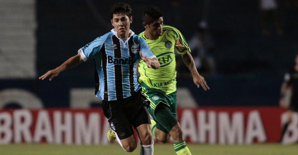 Rondinelly tenta a jogada na partida contra o Palmeiras, no Olímpico (27/05/2012)