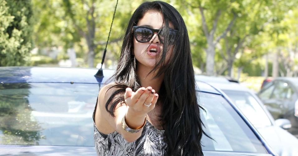 Selena Gomez se dirige a fotógrafo que clicava confusão envolvendo Justin Bieber (27/5/12)