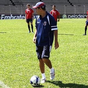 Técnico Ricardinho dirige treino no Paraná Clube (28/05/2012)