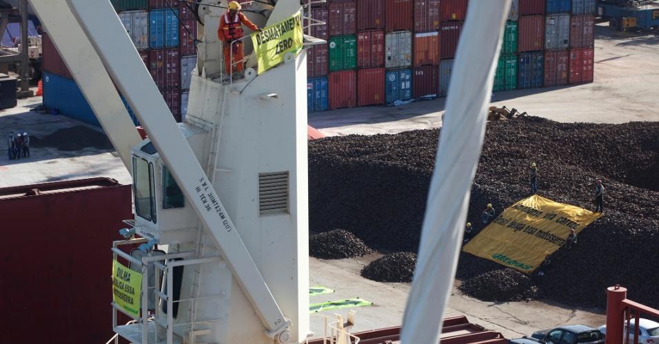 26.mai.2012 - Ativistas do Greenpeace ocupam guindastes do Porto de Itaqui, em São Luiz do Maranhão (MA). Segundo a entidade, o protesto foi realizado como forma de criticar o veto apenas parcial do novo Código Florestal pelo governo