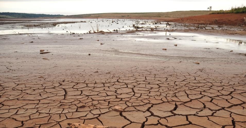 29.mai.2012 - O reservatório de água da Companhia Riograndense de Saneamento (Corsan), em Passo Fundo (RS), está mais de 5 metros abaixo do nível normal. As autoridades pedem ajuda à população para evitar o racionamento