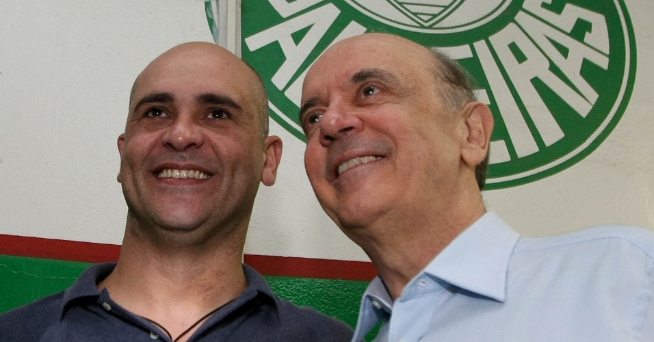 29.mai.2012 - Pré-candidato à Prefeitura de São Paulo pelo PSDB José Serra se encontra com o goleiro Marcos durante visita às obras da nova Arena do Palmeiras, no bairro da Barra Funda, zona oeste de São Paulo