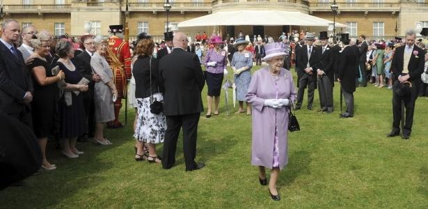 A rainha Elizabeth 2ª participa de uma festa no jardim do palácio de Buckingham, no centro de Londres (29/05/2012) - Anthony Devlin / Pool / Reuters