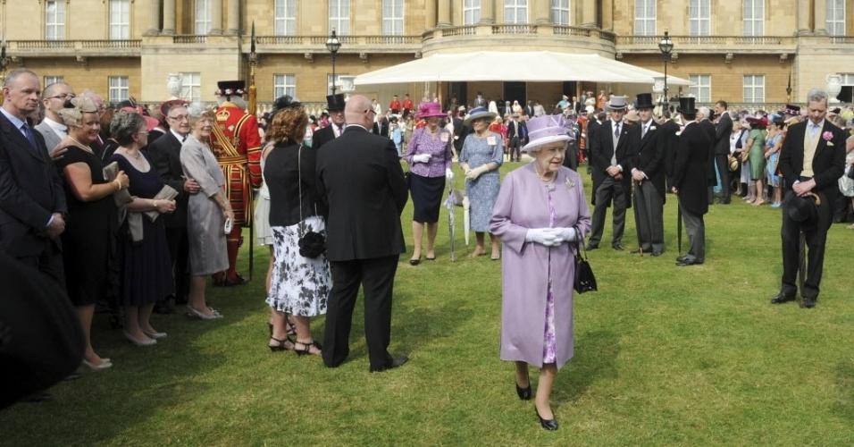 29.mai.2012 - Rainha Elizabeth 2ª participa de uma festa no jardim do palácio de Buckingham, no centro de Londres