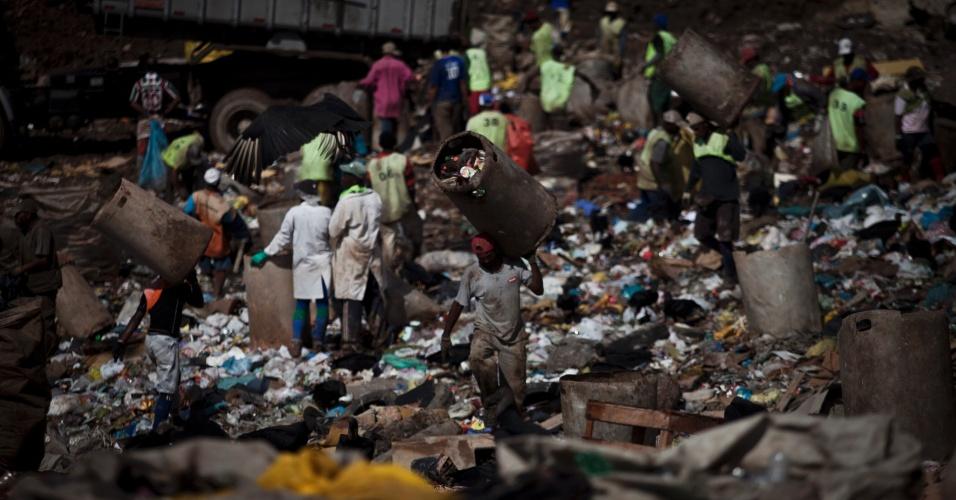 31.mai.2012 - Maior lixão a céu aberto da América Latina, Gramacho (Baixada Fluminense) encerrou suas atividades em 2012 com cerca de 60 milhões de toneladas de resíduos acumulados ao longo de seus 34 anos