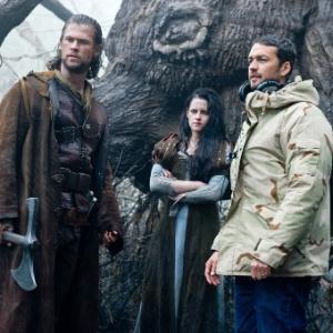"""Chris Hemsworth, Kristen Stewart e o diretor Rupert Sanders durante as filmagens de """"Branca de Neve e o Caçador"""""""