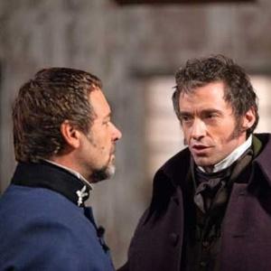 """Russell Crowe (à esquerda) e Hugh Jackman em cena do musical """"Les Miserábles"""""""
