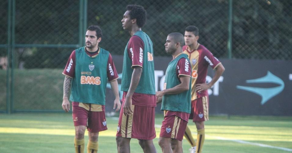 Jô e Júnior César participam de treino do Atlético-MG (29/5/2012)