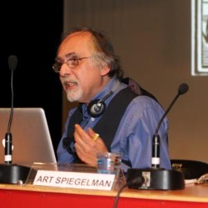 O quadrinista norte-americano Art Spiegelman, durante palestra realizada no teatro da PUC, em São Paulo. Após furto de seu notebook, ele fez a palestra usando computador emprestado - Divulgação