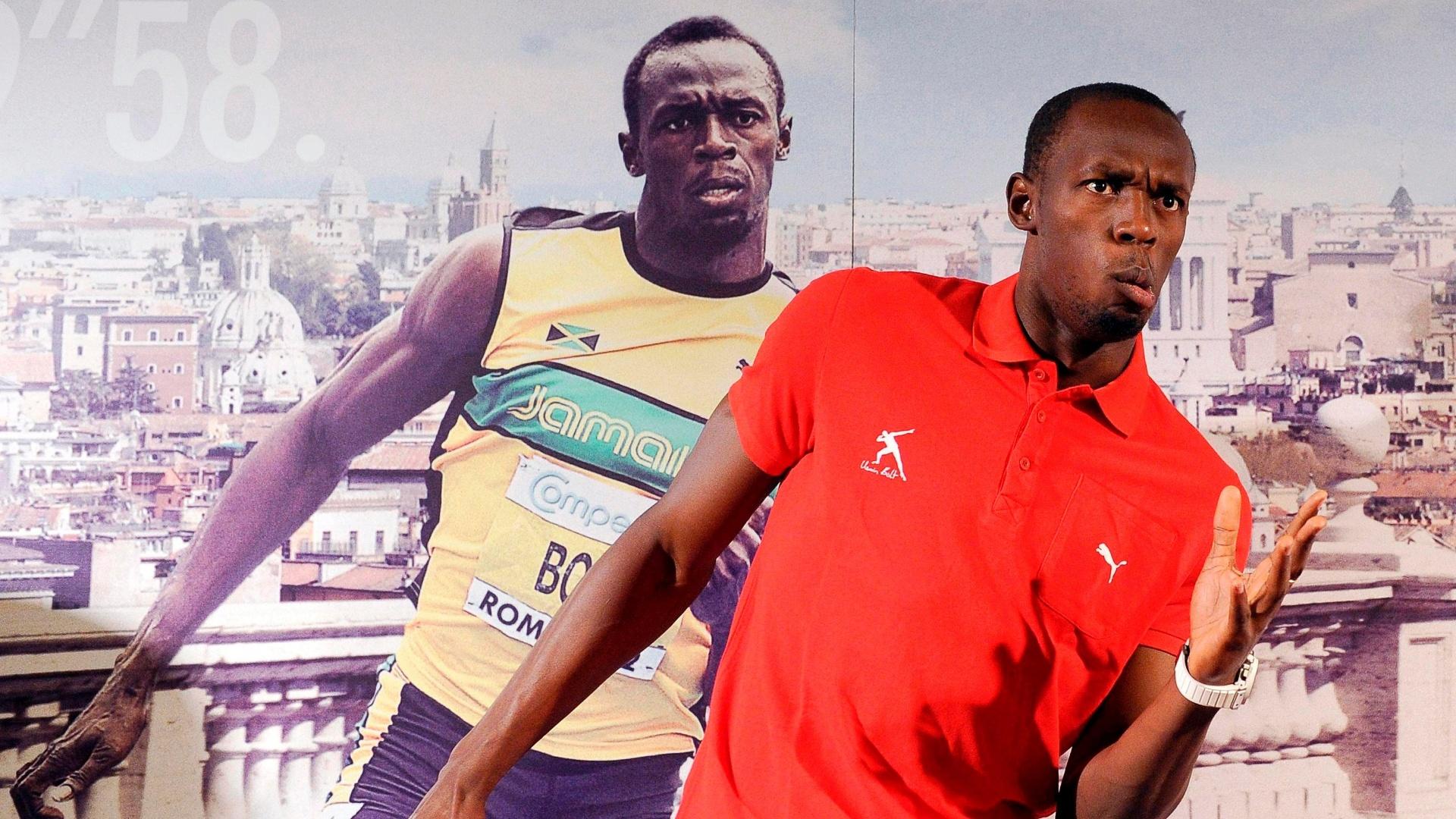 Usain Bolt faz pose em frente a um cartaz com a sua imagem em Roma, onde ele disputa a Liga de Diamante