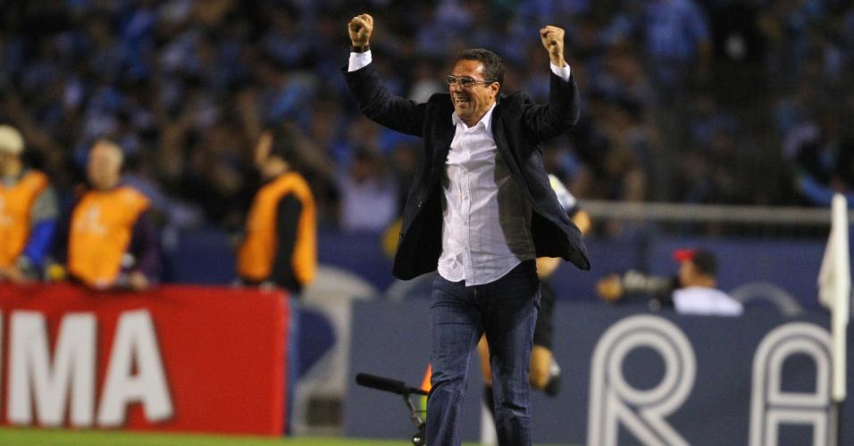 Vanderlei Luxemburgo comemora gol e bom aproveitamento pelo Grêmio