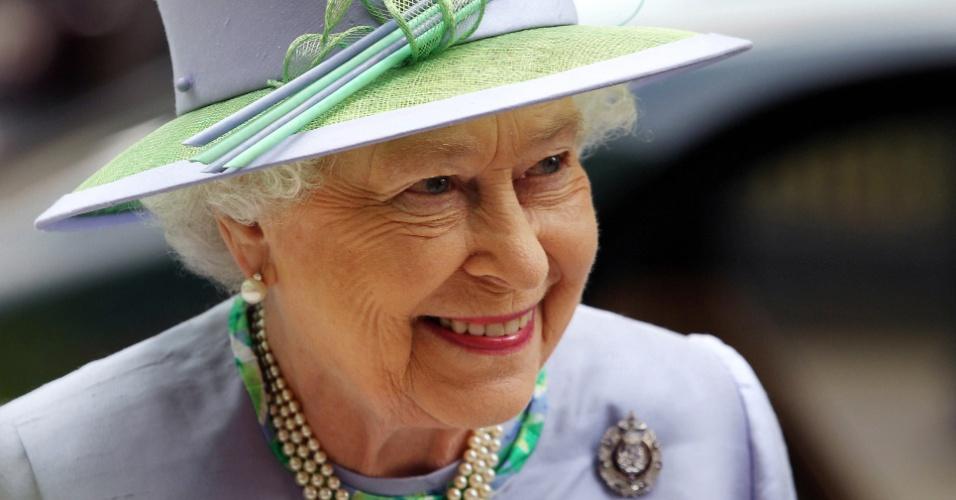 30.mai.2012 - A rainha Elizabeth 2ª participa de um evento no 5º Batalhão do Regimento Real da Escócia, no Clube Caledonian, em Londres