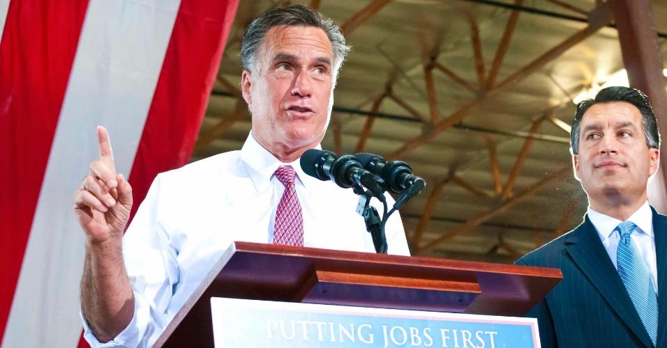 30.mai.2012 - Candidato presidencial republicano Mitt Romney, acompanhado do governador de Nevada, Brian Sandoval, participa de comício em empresa de Las Vegas, Nevada (EUA)