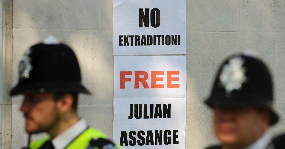 30.mai.2012 - Cartaz a favor de Julian Assange é colado do lado de fora da Suprema Corte de Londres, que nesta quarta-feira deu sinal verde para extradição do fundador do WikiLeaks para a Suécia, onde ele responderá pela acusação de abuso sexual
