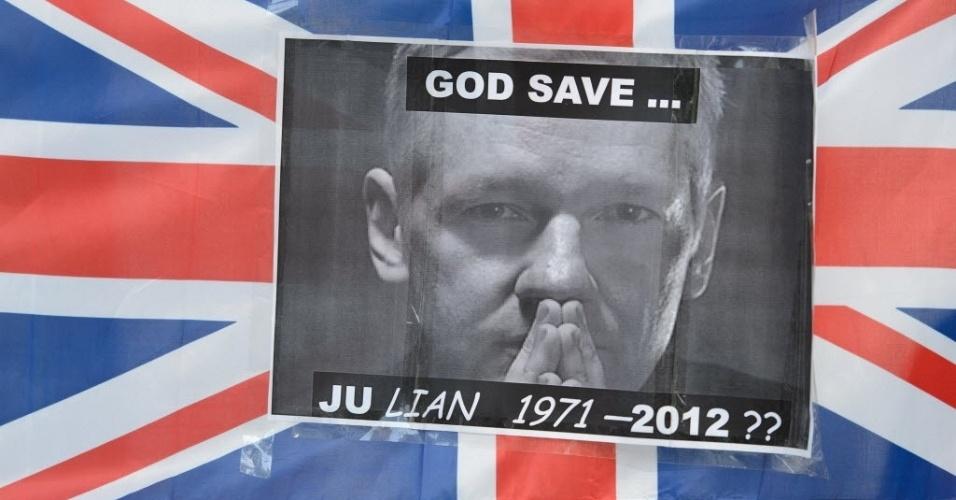 30.mai.2012 - Imagem do fundador do site Wikileaks, Julian Assange, é colada em bandeira do lado de fora da Corte Suprema de Londres. Nesta quarta-feira (30), o Supremo britânico autizou a extradição de Assange à Suécia. Ele é acusado de vários delitos sexuais