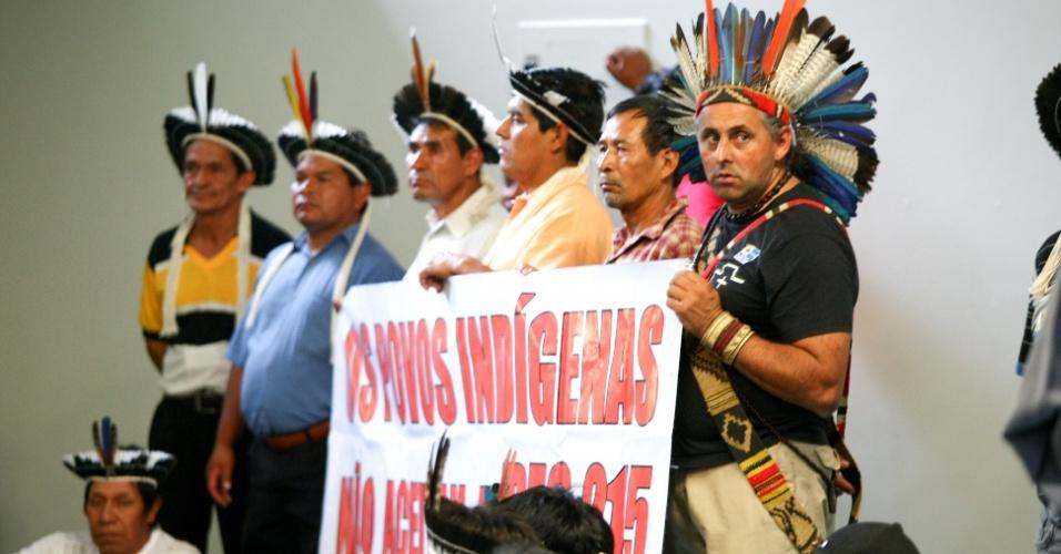 30.mai.2012 - Índios protestaram nos corredores da Câmara dos Deputados, em Brasília, contra a PEC 215, que  transfere ao Congresso a responsabilidade de demarcar terras indígenas, quilombolas e áreas de conservação ambiental - hoje exclusiva do Poder Executivo