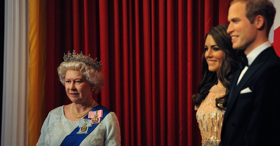 30.mai.2012 - Nova estátua de cera da rainha Elizabeth 2ª é vista ao lado de uma estátua de duquesa de Cambridge, Kate Middleton, e do príncipe William , em uma escola primária de Blackpool, norte -oeste da Inglaterra. A estátua é mais uma homenagem dos britânicos ao Jubileu de Diamante da monarca