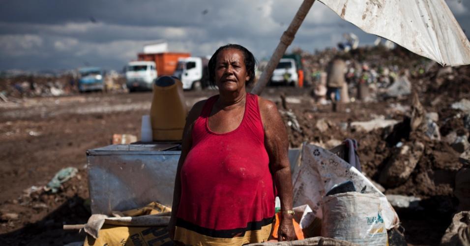 31.mai.2012 - Josefa Assis da Conceição, 65, montou uma vendinha há dez anos para oferecer lanche aos catadores que trabalham em Gramacho