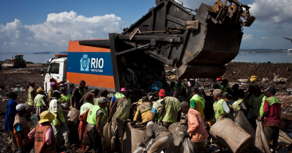 31.mai.2012 - Maior lixão a céu aberto da América Latina, Gramacho (Baixada Fluminense) encerrou suas atividades em junho de 2012