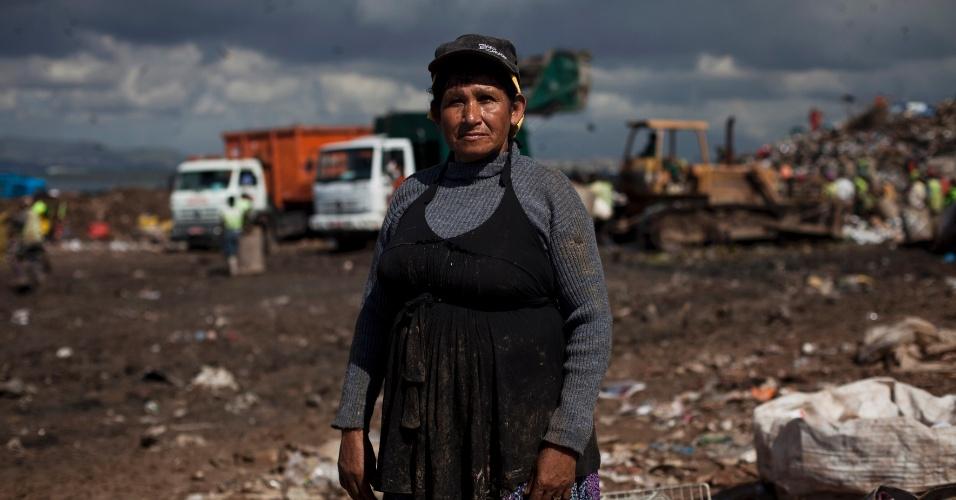 31.mai.2012 - A catadora Maria de Fátima de Oliveira, 56, trabalha no lixão de Gramacho há 27 anos