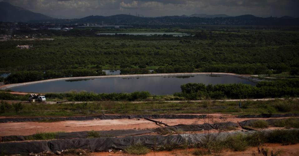 31.mai.2012 - Uma lagoa de chorume no lixão de Gramacho