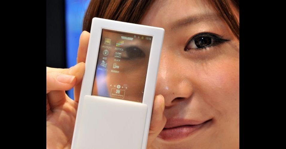 30.maio.2012 - A empresa japonesa NTT Docomo apresentou nesta quarta-feira (30/05/12) um smartphone com tela transparente de 2,4 polegadas. Com isso, o modelo pode ser usado dos dois lados. Trata-se de um teste com a tecnologia, ainda sem data de estreia ou valor