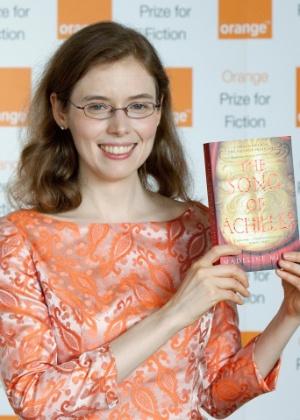 """A escritora norte-americana Madeline Miller posa para fotos segurando seu livro """"The Song of Achilles"""", depois de receber o prêmio Orange de ficção, no Royal Festival Hall, em Londres (30/5/12) - Neil Hall/Reuters"""
