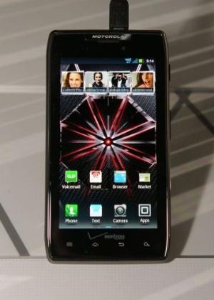 Smartphone Motorola Razr Maxx é exposto durante a CES 2012; aparelho é evolução do Motorola Razr
