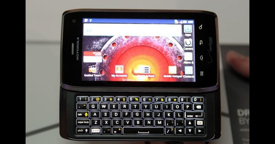 11.jan.2012 - A Motorola lançou a versão 4 do Droid (conhecido no Brasil como Milestone) durante a CES 2012. De acordo com a empresa, o Droid 4 é o smartphone com teclado físico QWERTY mais fino do mundo - ele tem metade de uma polegada, aproximadamente 1,3 centímetro. O smartphone tem processador dual-core de 1,2 GHz, é compatível com redes 4G, tem tela touchscreen de 4 polegadas e uma câmera de 8 megapixels. O aparelho deve ser lançado nos Estados Unidos nas próximas semanas pela operadora Verizon