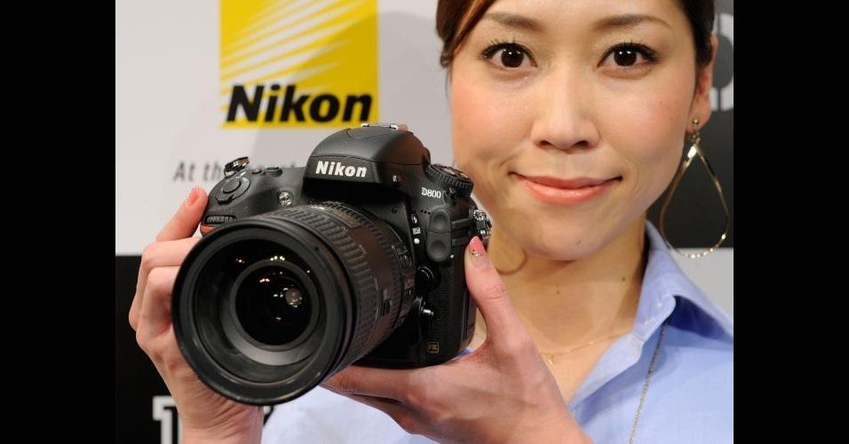 7.fev.2012 - A Nikon apresentou uma câmera digital com capacidade para fazer fotos de 36,6 megapixels (7360 x 4912 de resolução). Segundo o fabricante, a HD-SLR D800 é a primeira câmera digital a oferecer essa resolução. Ela também faz vídeos em alta resolução (1080 p), dispara em 0.012 segundo, tem flash embutido e seu corpo é vedado e fechado para resistir à poeira e umidade. O modelo será lançado em março por 300 mil ienes (cerca de R$ 6.700)