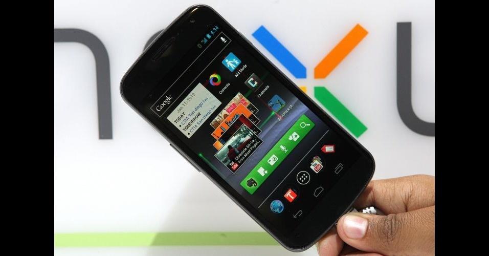 11.jan.2012 - A Samsung levou ao evento os smartphones Galaxy Nexus S. O telefone, que tem o sistema Android IceCream Sandwich, chama a atenção pelo tamanho da tela (4,65 polegadas) e ergonomia - mesmo sendo grande, é bem confortável segurá-lo. Ele tem processador dual-core, já vem preparado para rodar em redes 4G e conta com o recurso NFC, que transforma o smartphone em uma espécie de carteira eletrônica