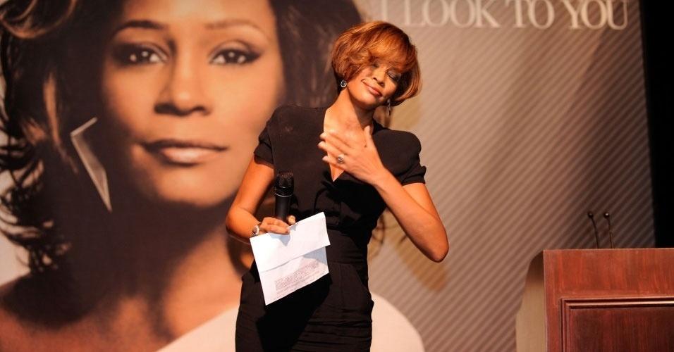 15.fev.2012 - A Sony Music do Reino Unido pediu desculpas ao público por aumentar o preço de álbuns da cantora Whitney Houston logo após sua morte em 11 de fevereiro. Um porta-voz da companhia disse que ''por um erro interno de um funcionário'' os álbuns tiveram o preço aumentado na iTunes Store, loja de conteúdo digital da Apple no país. Um dos álbuns, Whitney: Greatest Hits -- que custava 7,99 libras no dia da morte da cantora -- passou para 9,99 libras no dia seguinte ao fato. O erro, segundo a Sony Music, já foi corrigido