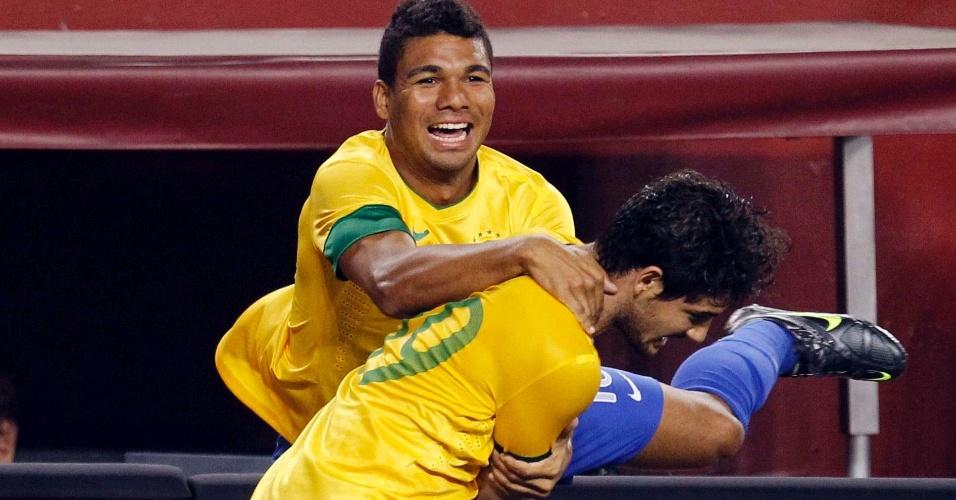 Alexandre Pato comemora com Casemiro após fazer o quarto gol do Brasil no amistoso contra os EUA
