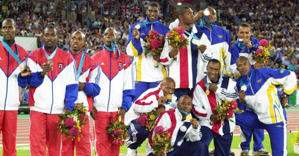 Atletas de Estados Unidos, Brasil e Cuba misturam-se no pódio do revezamento 4x100 m dos Jogos Olímpicos de Sydney-2000