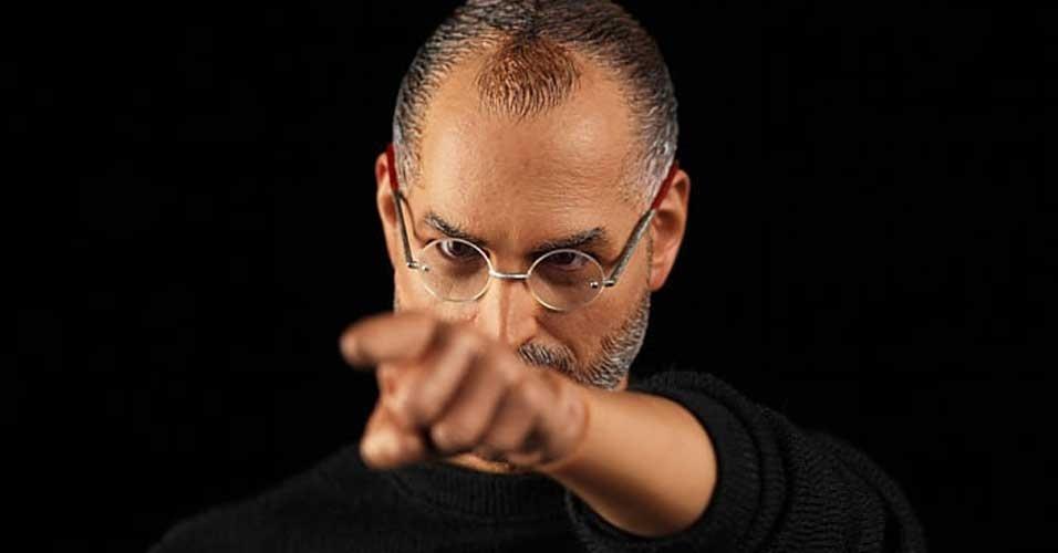 3.jan.2012 - Três meses após a morte de Steve Jobs, a empresa In Icons anunciou o lançamento de um boneco de Steve Jobs com 30 cm. A novidade está prevista para ser lançada em fevereiro de 2012 por US$ 99 (cerca de R$ 183) nos EUA e é bastante realista. O boneco vem com dois pares de tênis, dois pares de óculos, uma cadeira e duas maçãs (uma delas mordida). A Apple já conseguiu na Justiça que produtos parecidos (mas menos realistas do que esse Steve Jobs de brinquedo) fossem tirados do mercado