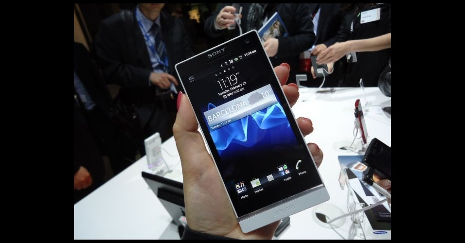 28.fev.2012 - Com 4,3 polegadas de tela, o Xperia S não é um dos maiores smartphones do mercado e é fácil de ser operado apenas com uma mão. O modelo foi apresentado no Mobile World Congress, em Barcelona (Espanha)