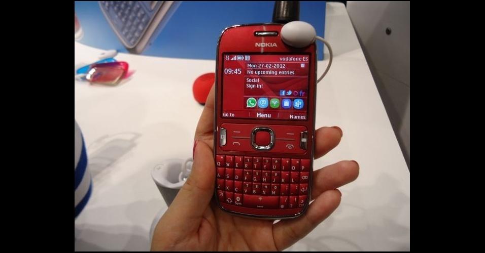 28.fev.2012 - Com carinha de Blackberry e em cores vibrantes, o Asha 302 da Nokia traz teclado QWERTY e ícones de acesso rápido a redes sociais e alguns aplicativos. O modelo foi apresentado no Mobile World Congress, em Barcelona (Espanha)