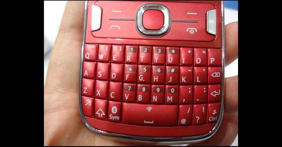28.fev.2012 - Com carinha de Blackberry e em cores vibrantes, o Asha 302 da Nokia traz teclado QWERTY e ícones de acesso rápido a redes sociais e alguns aplicativos