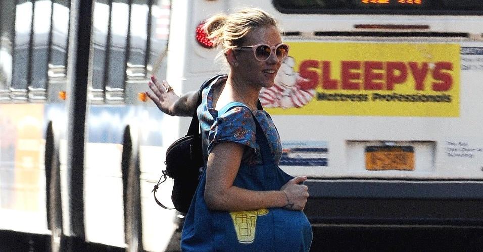 Com vestido curto, a atriz Scarlett Johansson corre para pegar um táxi em Manhattan, Nova York, EUA (29/5/12)
