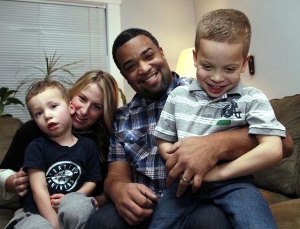 2.jan.2012 - Damon Brown, 38, precisava fazer um transplante de rim e encontrou sua doadora via Facebook. Na foto, ele aparece com a mulher, Bethany, os filhos Theo (esq), 3, e Julian, 5