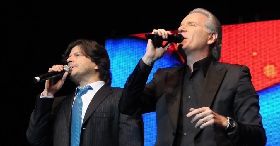 Em evento beneficente, Roberto Justus canta e dança ao lado de Paulo Ricardo da banda RPM, no teatro Geo em Pinheiros, São Paulo (29/5/12)