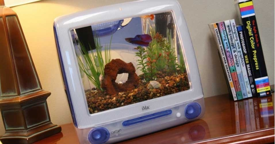 2.jan.2012 - Esqueça o aquário tradicional. Quem é fã de tecnologia e da Apple usa a carcaça do antigo computador G3 -- aquele todo colorido -- como habitat para seus peixinhos. Aqueles com poucas habilidades podem comprar o aquário geek já pronto: custa US$ 250 (cerca de R$ 470) no site do autor dessa ideia. Jake Harms inventou o iMacquarium, segundo o site ''Daily Mail'', por não ter coragem de se desfazer de seu G3. Cerca de 75 peças são vendidas ao ano, diz o jornal britânico