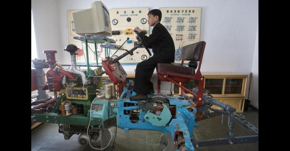 4.mar.2012 - Estudante norte-coreano aprende a dirigir trator usando um sistema de simulação computadorizado (porém com peças bastante antigas) em Samjiyon. A escola de Samjiyon foi construída para oferecer cursos extracurriculares, como arte, esportes e computação