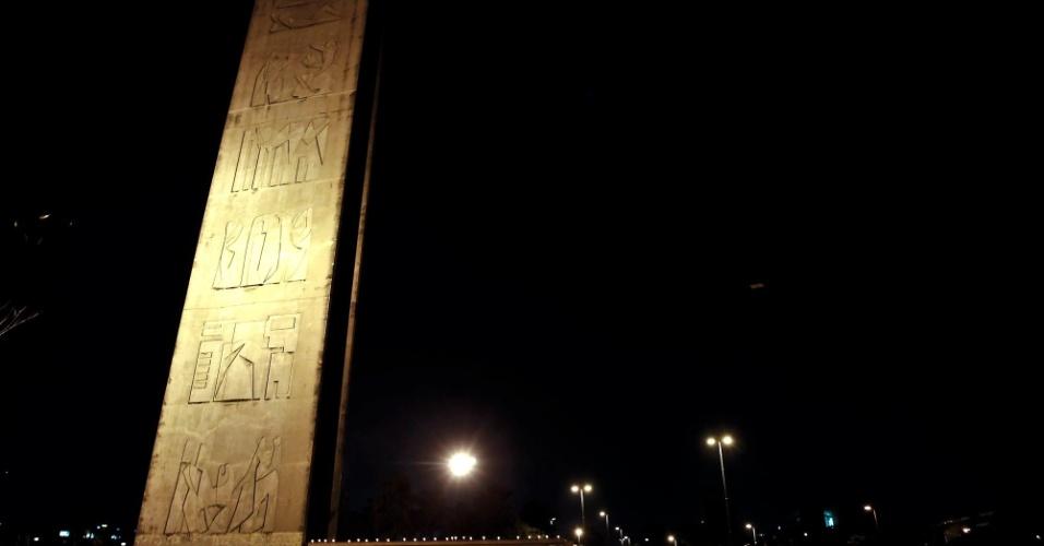 """Estudantes fizeram nesta quarta-feira (30) um protesto com velas na USP (Universidade de São Paulo), representando o """"enterro"""" simbólico do reitor João Grandino Rodas e do governador de São Paulo, Geraldo Alckmin (PSDB)"""