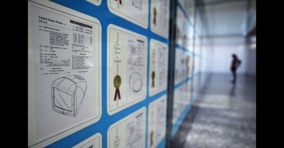 """29.mar.2012 - Patentes da Apple são expostas na sede da Wipo (organização mundial da propriedade intelectual, na sigla em inglês) em Genebra, na Suíça. A exibição """"Patentes e marcas de Steve Jobs: arte e tecnologia que mudaram o mundo"""" reúne 317 patentes, incluindo aquelas registradas para produtos como iMac, iPhone, iPad e MacBook. O evento será realizado até dia 26 de abril"""