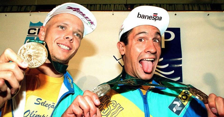 Fernando Scherer (e) e Gustavo Borges mostram as medalhas conquistadas por eles nos Jogos Olímpicos de Atlanta-1996