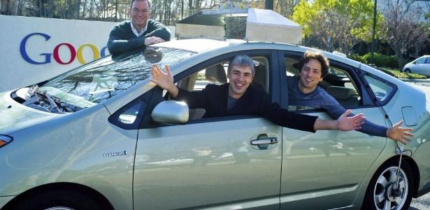 Em 2012, o Google recebeu autorização do Estado de Nevada, nos EUA, para utilizar o carro que não precisa de motorista para ser guiado. Na foto, estão o presidente do Google, Eric Schmidt (atrás) e os cofundadores Larry Page (esq.) e Sergey Brin