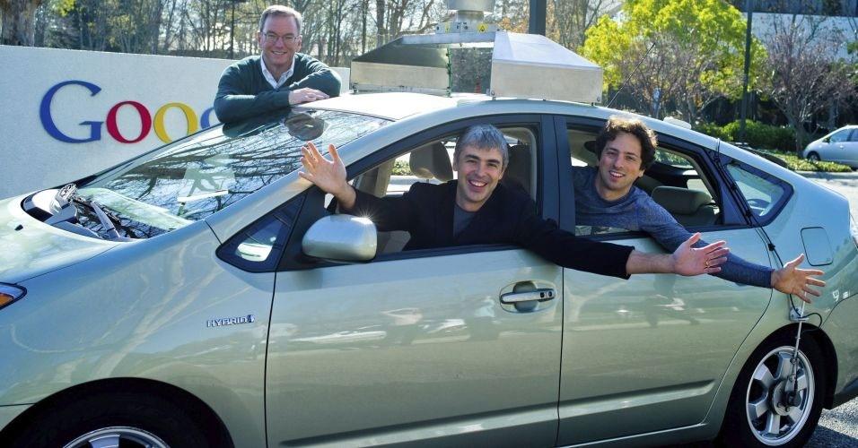 11.maio.2012 - O Google recebeu autorização do Estado de Nevada, nos EUA, para utilizar um carro que não precisa de motorista para ser guiado. O primeiro modelo a receber a licença é o Toyota Prius, cujo sistema de navegação foi aperfeiçoado pela empresa de internet Google. A primeira viagem do automóvel deve acontecer em Las Vegas. Na foto, estão o presidente do Google, Eric Schmidt (atrás) e os cofundadores Larry Page (esq.) e Sergey Brin