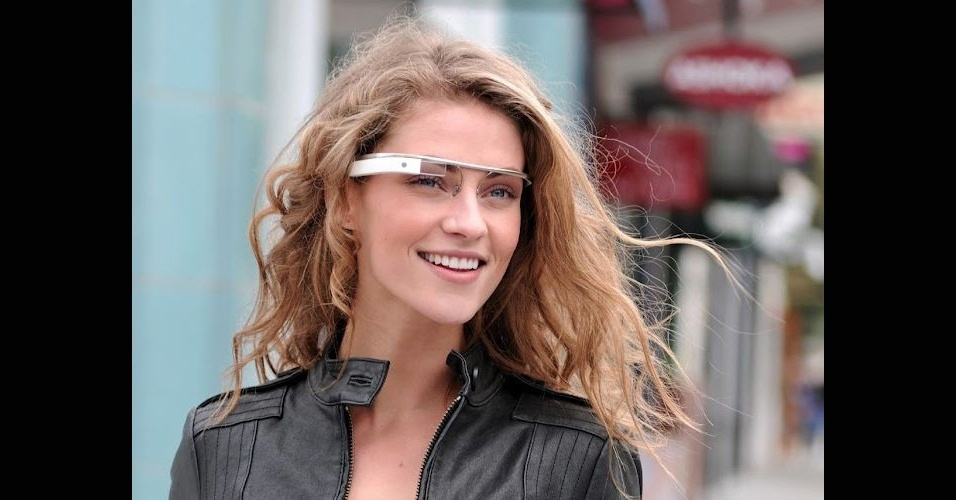 4.abr.2012 - Por essa, ninguém esperava: eis o Google Glasses-- acessório que exibe informações da internet pra o usuário. Ele funciona como um óculos normal, mas exibe informações com a tecnologia de ''realidade aumentada'', sobrepondo os dados às imagens reais em volta do usuário