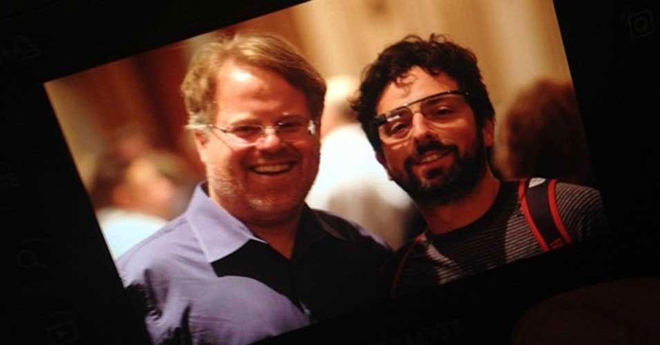 4.abr.2012 - Sergey Brin (dir), cofundador do Google, apareceu em uma foto nesta semana usando aqueles que seriam os Google Glasses -- acessório que exibe informações da internet pra o usuário. A foto acima foi divulgada pelo blogueiro Robert Scoble (esq), que encontrou com Brin durante um evento em San Francisco. Scoble afirmou que o bilionário não o deixou experimentar os óculos, mas disse que o acessório parece ser bastante leve